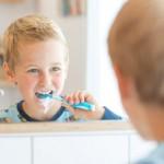 Zweimal täglich zwei Minuten Zähne putzen heißt die Devise. Kinder sollten dafür eine auf ihr Alter abgestimmte Zahnpasta benutzen. ©Initiative proDente e. V